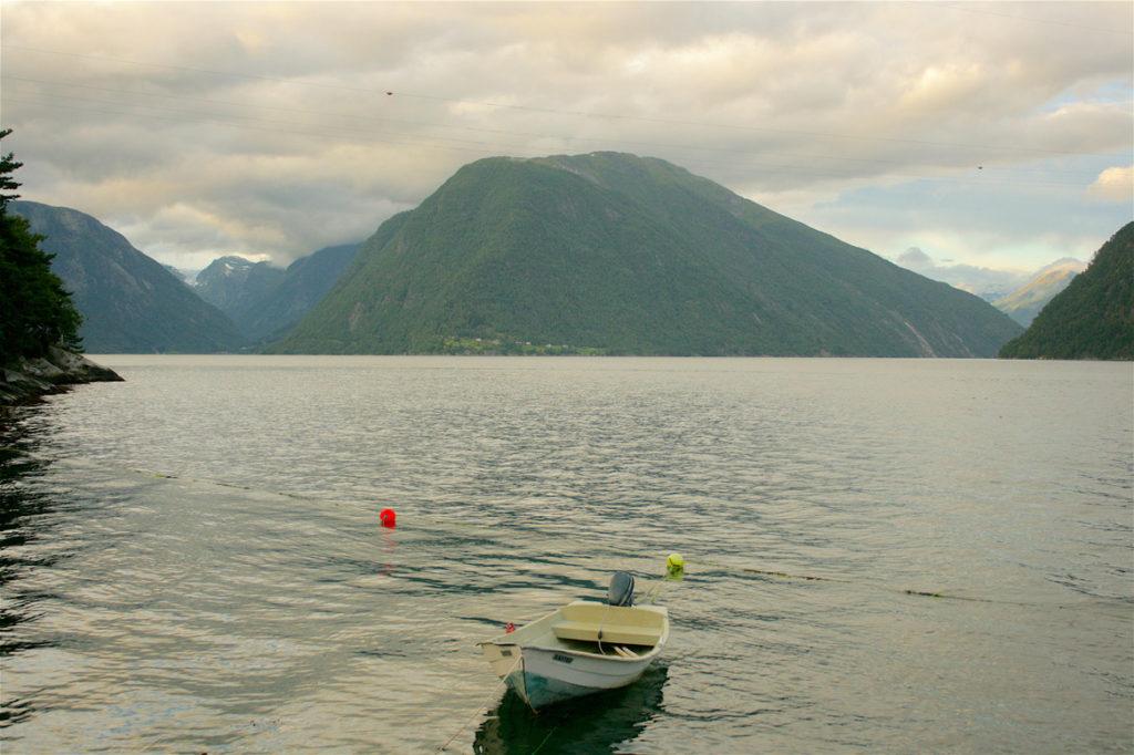kayak, kayaking, rafting, sailing, fjord, Norway, Visit Norway, lake, landscape, North Sea, mountains, scenery, mountain view, lake view, Balestrand. Fjaerland, Mundal, Sognefjord, Scandinavia, Nordic, travel